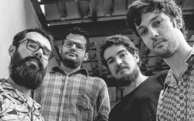 """FAIXA POR FAIXA: Pedra Relógio apresenta Rock enérgico em """"Tudo o Que Vem à Cabeça"""""""